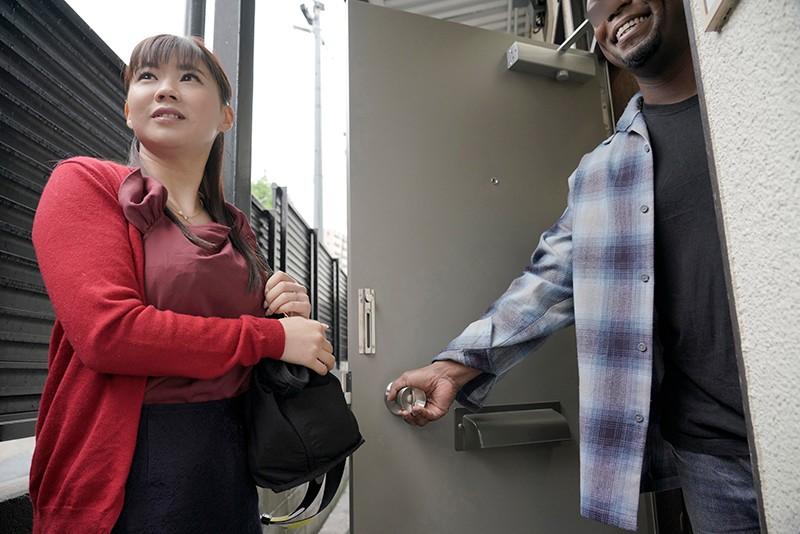 素人妻が一般黒人留学生の自宅にコンドームを1つ渡され一泊 今度こそゴム姦で帰るはずが黒いデカチンが気持ちよすぎて結局中出しを許してしまうスケベ妻 みほさん31歳 1枚目