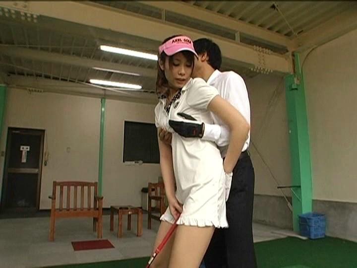 ゴルフ練習場でスイングする度にオマ○コ丸見えな超ミニスカ娘は、一番最初に気付いて声を掛けた男性とヤルらしい… 画像2