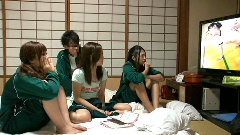 奇跡の修学旅行!!まさか、クラスの女子達が僕らオタクグループの部屋にやって来るなんて!…と、思ったら僕らを完全スルー。履歴が残ることを嫌がって僕らの部屋でHな映像を見にきた女子達は勝手に鑑賞会。|無料エロ画像2