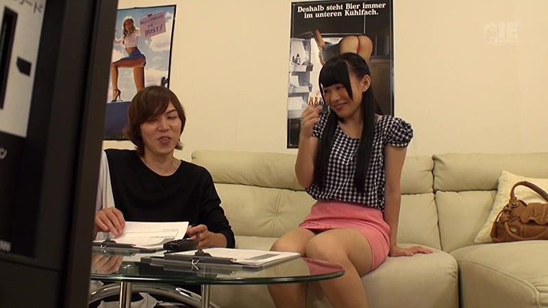 新宿で見つけた大学サークル仲間の男女が2人っきりでAV鑑賞 無料エロ画像1