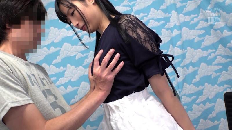 新宿で見つけた心優しい巨乳の人妻さん 童貞くんのオナニーのお手伝いのつもりがセックス練習ってことで素股していてヌルっと入って筆おろし!? 2 12枚目
