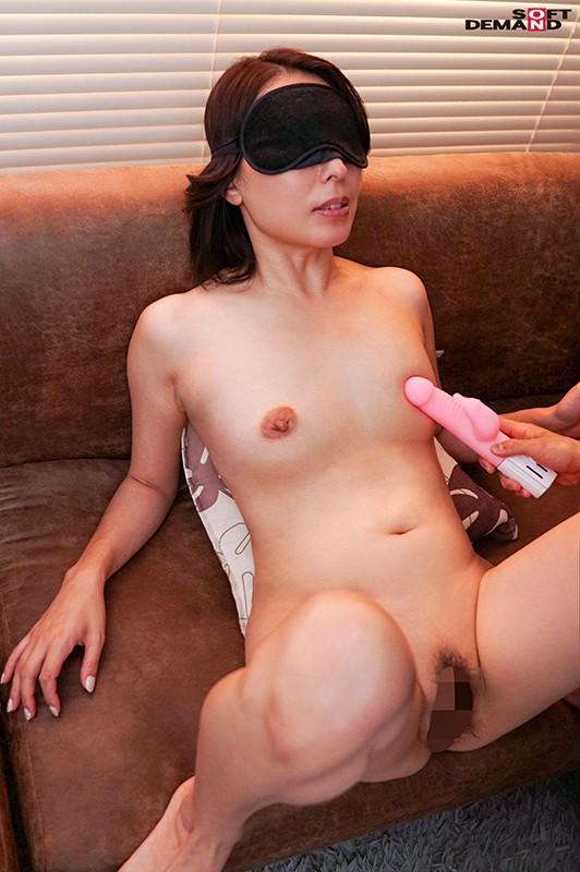 真昼間から若い男のチ○ポをしゃぶって、発情して濡れる女。旦那とセックスレスの人妻41歳。隣に住む大学生に淫乱な唇を使って不倫SEXにハマる…!佐田茉莉子