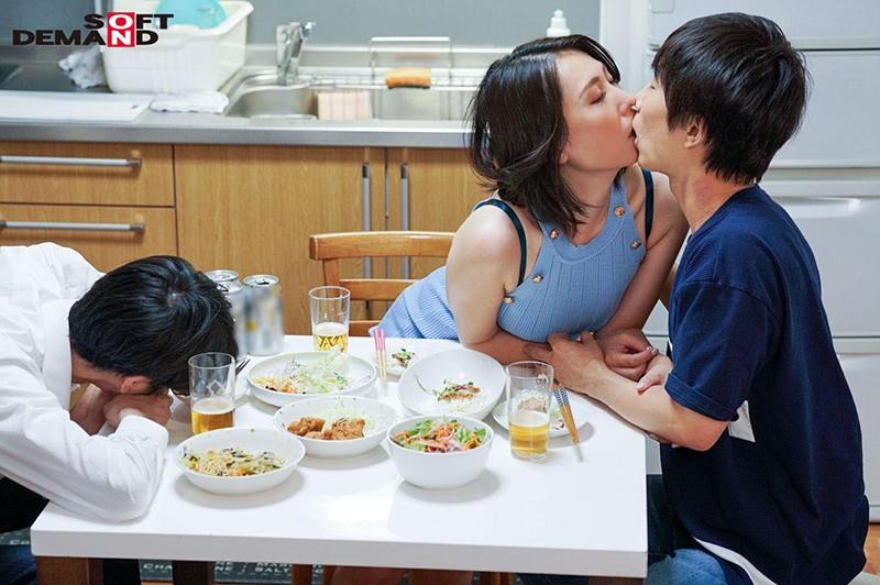 真昼間から若い男のチ○ポをしゃぶって、発情して濡れる女。旦那とセックスレスの人妻41歳。隣に住む大学生に淫乱な唇を使って不倫SEXにハマる…!佐田茉莉子18