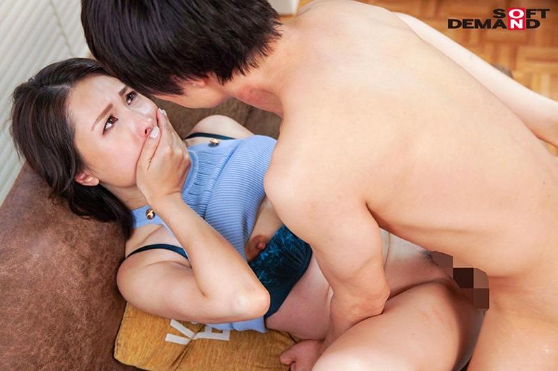 真昼間から若い男のチ○ポをしゃぶって、発情して濡れる女。旦那とセックスレスの人妻41歳。隣に住む大学生に淫乱な唇を使って不倫SEXにハマる…!佐田茉莉子20