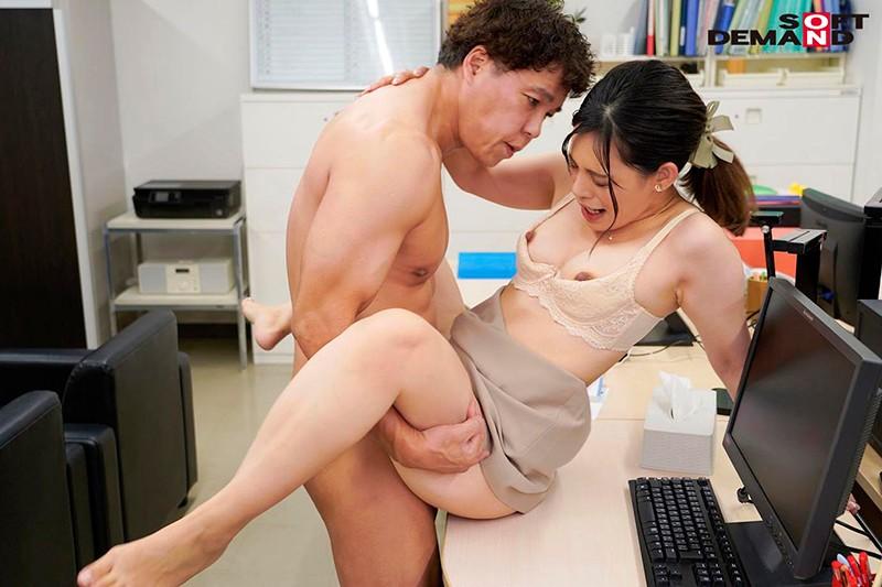 「会議中も商談中もエッチのことで頭いっぱいでした」オフィスで綺麗OLが自ら性欲をさらけ出す誘惑セックス 来栖すみれ17