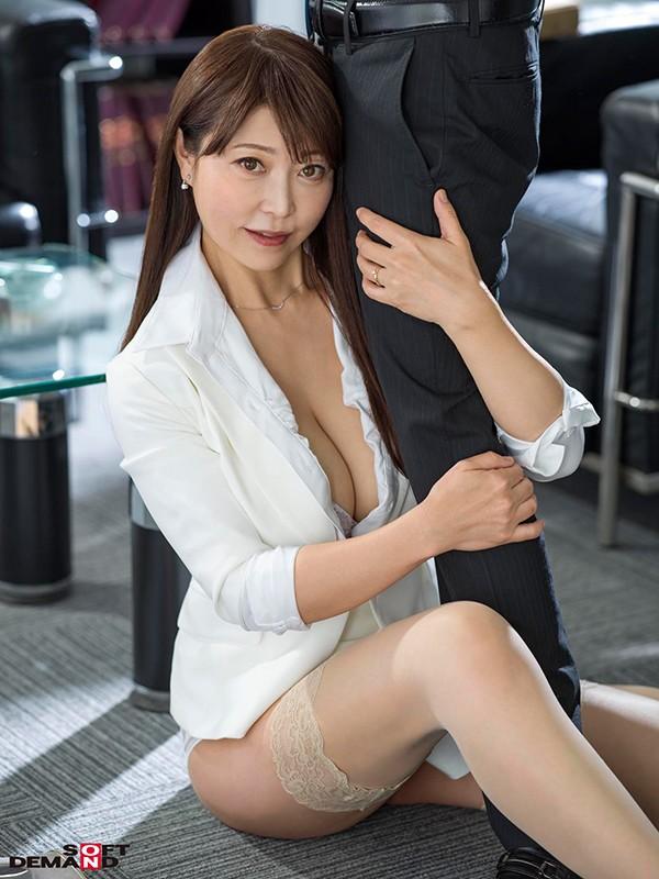 真昼間から若い部下のチ○ポをしゃぶって、発情して濡れる女社長。旦那とセックスレスの人妻46歳。男子社員に淫乱な唇を使って不倫SEXにハマる…!成咲優美 画像2