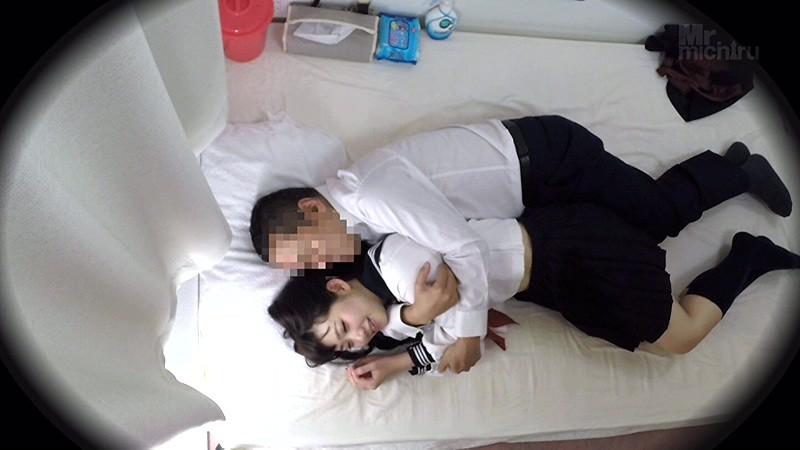 「ハグ/添い寝/仰向けマッサージ」までしかしてくれないJKリフレ店の女の子とお店に内緒で中出し援助SEXをする 画像2
