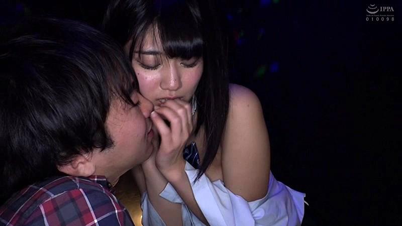 日本最大の繁華街にある「老舗おっぱいパブ」でオキニの嬢が騎乗位生ハメで中出しするまで キャプチャー画像 5枚目