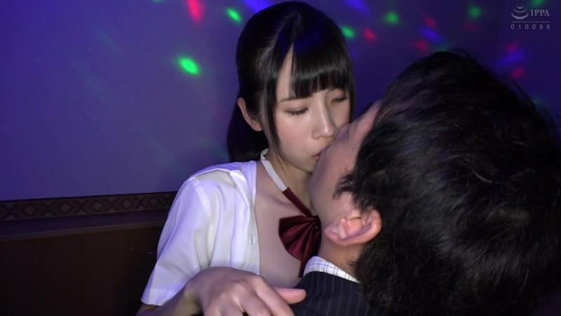 日本最大の繁華街にある「老舗おっぱいパブ」でオキニの嬢が騎乗位生ハメで中出しするまで はとり心咲 3枚目