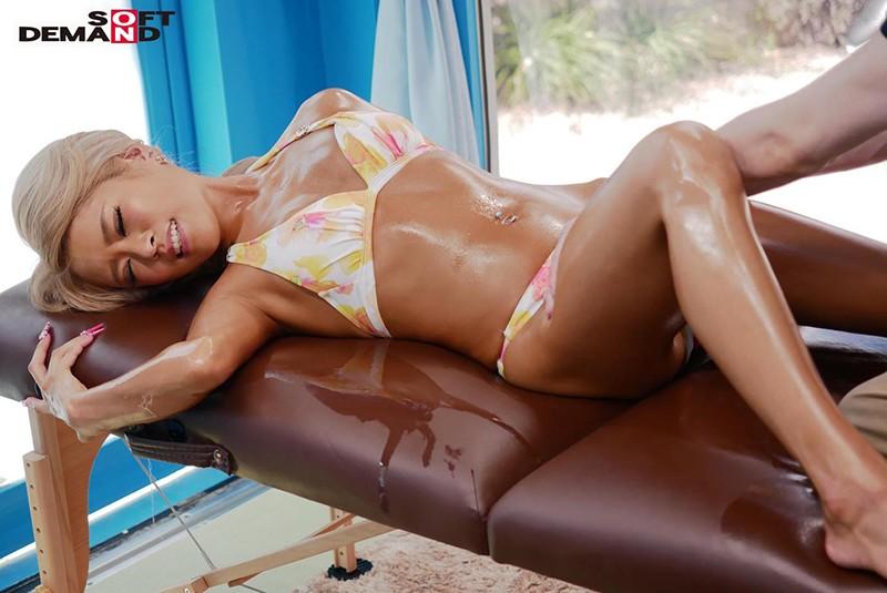 リサ(25)ショップ店員 マジックミラー号 真夏のビーチでデート中のビキニギャルを媚薬入りオイルエステでNTRセックス 画像1