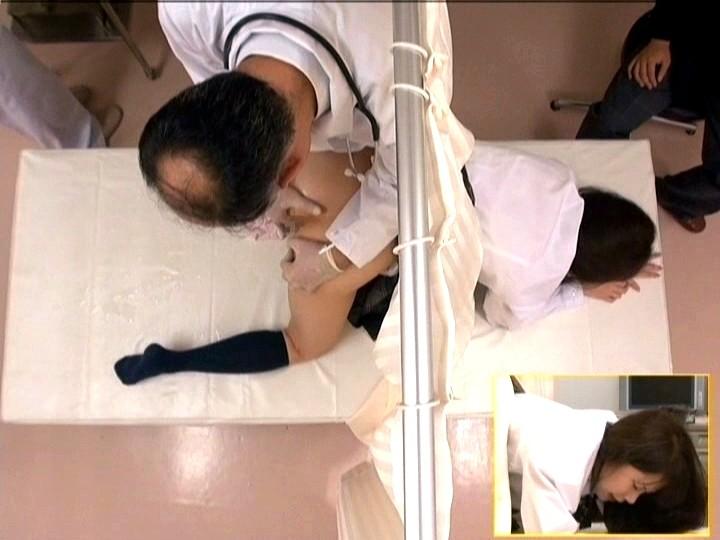 診療所で治療と偽り知らない間に アナルに中出しされた女子校生 画像12