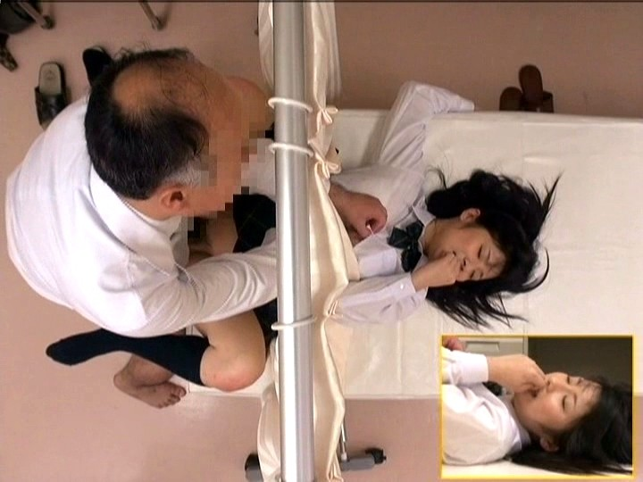 診療所で治療と偽り知らない間に アナルに中出しされた女子校生 画像20