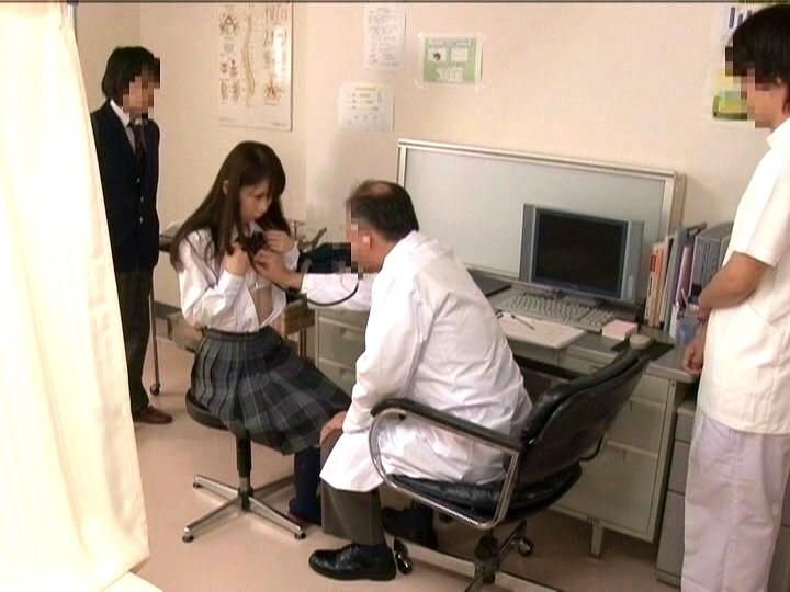 診療所で治療と偽り知らない間に アナルに中出しされた女子校生 画像8