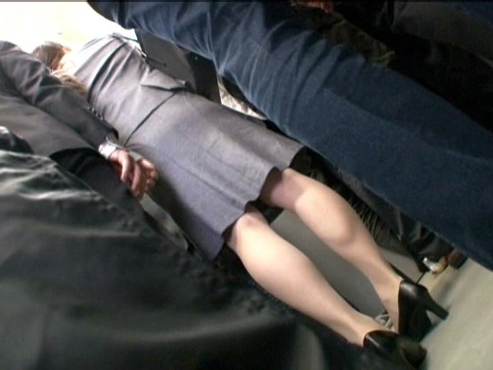満員電車で痴●されガニ股でイキ続ける痙攣女 4