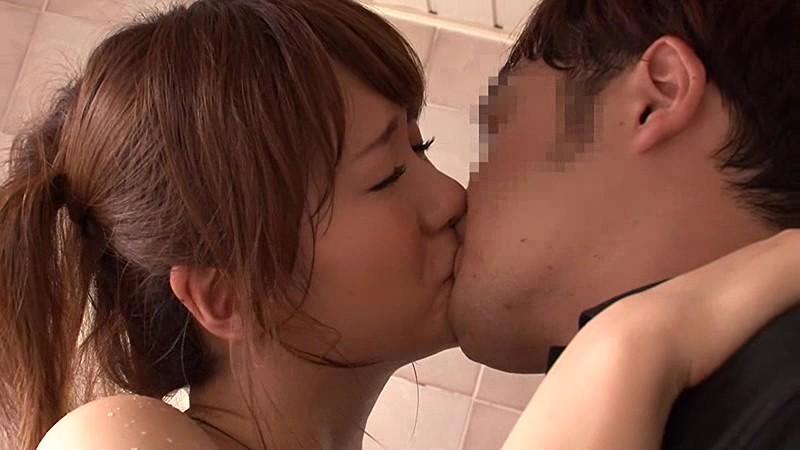 発情した上司の妻とのキス