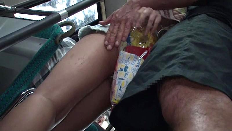 海岸路線バスで背後から水着越しにねっとり乳揉み痴●され腰をグラインドさせイキまくる巨乳女 サンプル画像 7