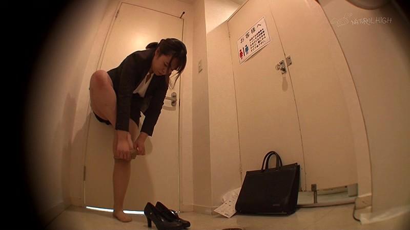 駆け込んだトイレが使用できず漏らした女は犯●れても抵抗できないいいなり娘 画像8