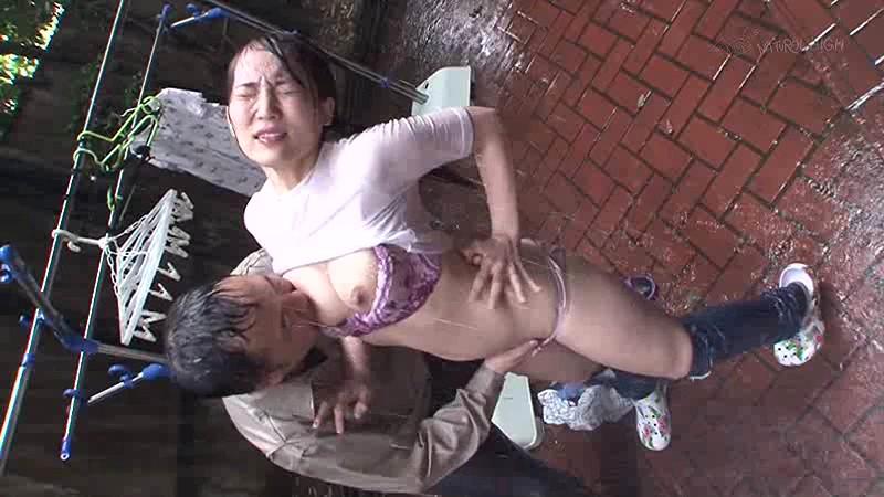 雨に打たれながら痴漢師に乳首をいじられ続けS字反りイキする敏感巨乳女1