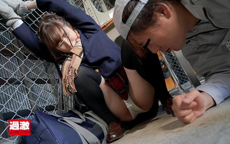 (有栖るる 皆月ひかる 栄川乃亜)利尿剤を飲まされているとは知らず拘束された制服少女を助けようとしたら失禁しまくるので我慢できず…[フル動画]