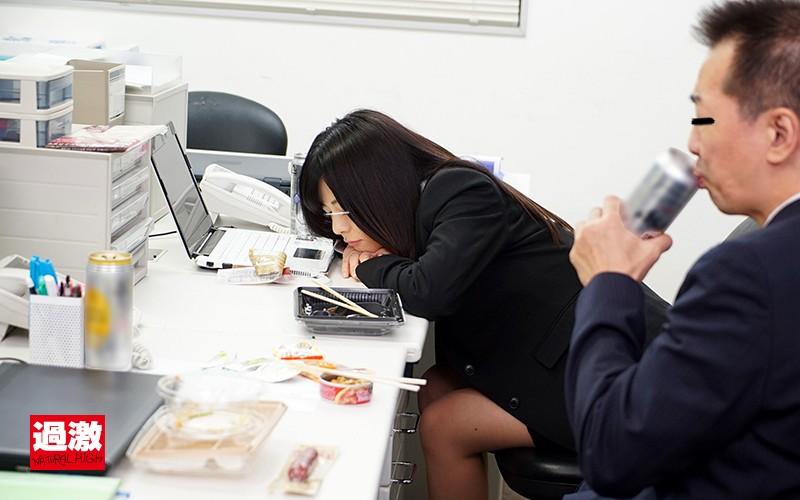 「やめて!そんなところ…」イクまでおじさん部下にアナルを舐められ続けた女上司のサンプル画像