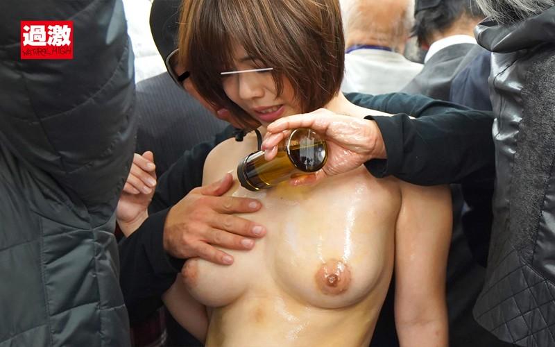 痴●師に全裸にされ恥ずかしい女体を震わせ感じまいと我慢する肉感妻 画像17