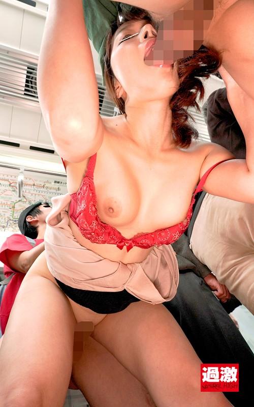 満員電車で親戚のエロガキに両乳首を責められ発情お漏らししてしまう叔母 サンプル画像 12
