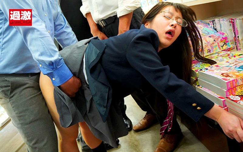 本屋で見つけたちっちゃな女の子を囲んでネチネチ痴●する卑劣巨漢集団 ちいさくて可愛い歴代ミニ少女厳選20人総集編付き 無料エロ画像9