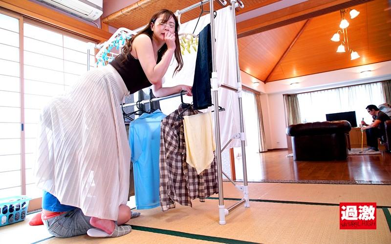 親戚のエロガキにスカートもぐりクンニされ夫がいる至近距離でイってしまった叔母さんは挿入も拒めない