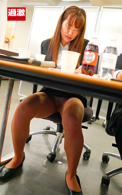 パンストの中にリモバイを挿れられ同僚の前で我慢できず美脚を濡らして失禁するOL 画像12