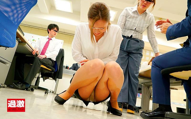 パンストの中にリモバイを挿れられ同僚の前で我慢できず美脚を濡らして失禁するOL 画像5