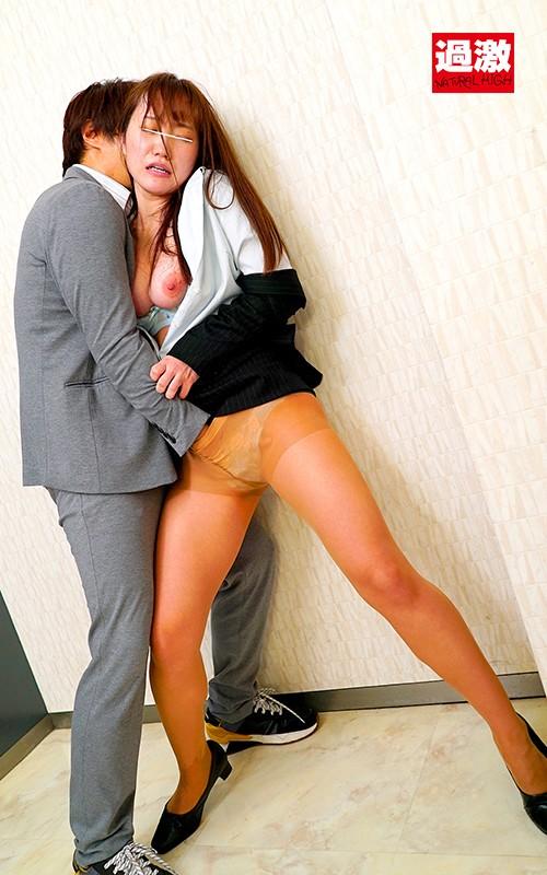 パンストの中にリモバイを挿れられ同僚の前で我慢できず美脚を濡らして失禁するOL 画像9