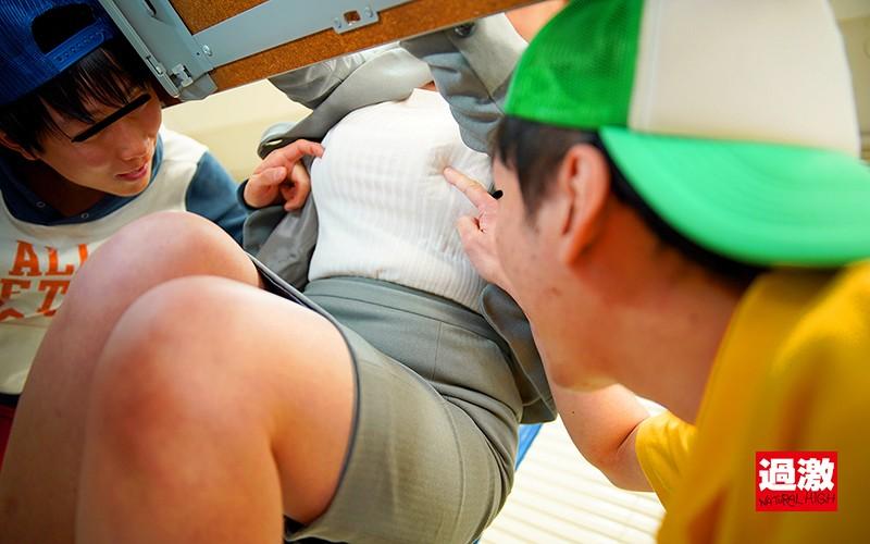 上司の息子の悪ガキ2人に両乳首をデスクの下で舐め上げられ仕事中にイカされる巨乳OL3