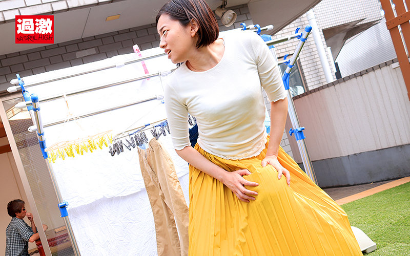親戚のエロガキにスカートもぐりクンニされ夫がいる至近距離でイってしまった叔母さんは挿入も拒めない3 画像15