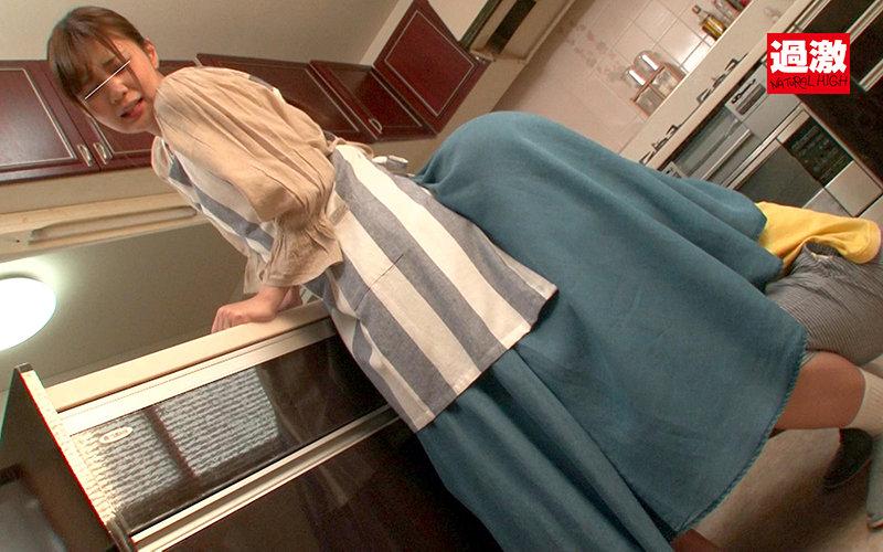 親戚のエロガキにスカートもぐりクンニされ夫がいる至近距離でイってしまった叔母さんは挿入も拒めない3 画像2
