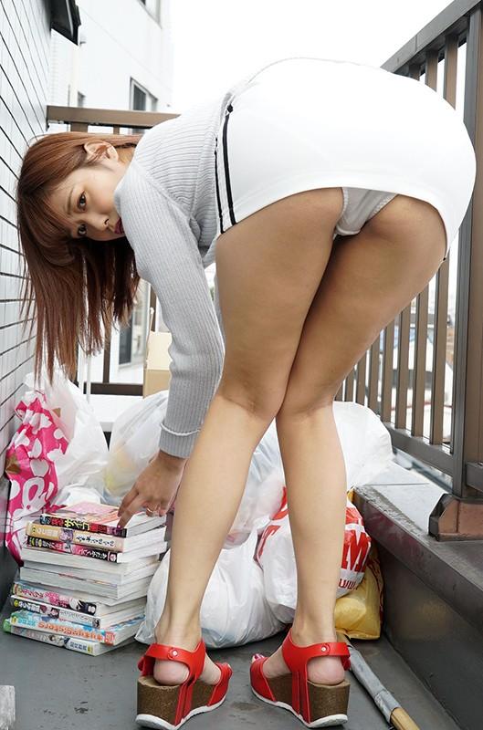 近所の奥さんはゴミ捨て場のエロ本読書に夢中なむっつりスケベ(ひかる 25歳)パンチラ隠し撮りしてたら部屋に誘われ… 紺野ひかる