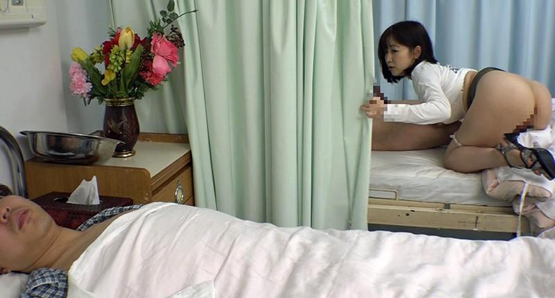 お見舞いに来てるミニスカ娘の無防備なパンチラ!彼氏が寝てる横で他の患者とヤッちゃった/篠田ゆう 画像10