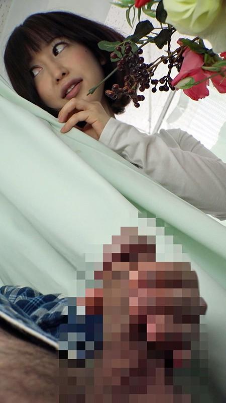 お見舞いに来てるミニスカ娘の無防備なパンチラ!彼氏が寝てる横で他の患者とヤッちゃった/篠田ゆう 13枚目