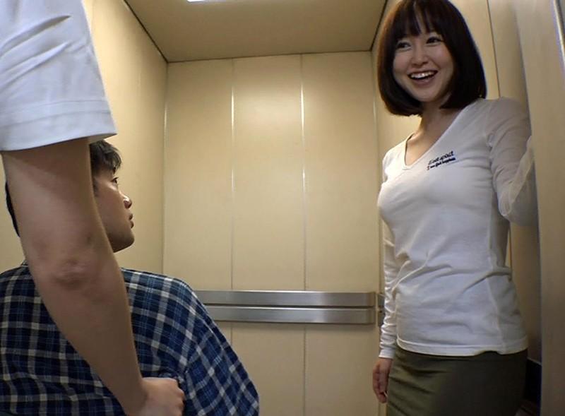 お見舞いに来てるミニスカ娘の無防備なパンチラ!彼氏が寝てる横で他の患者とヤッちゃった/篠田ゆう 16枚目