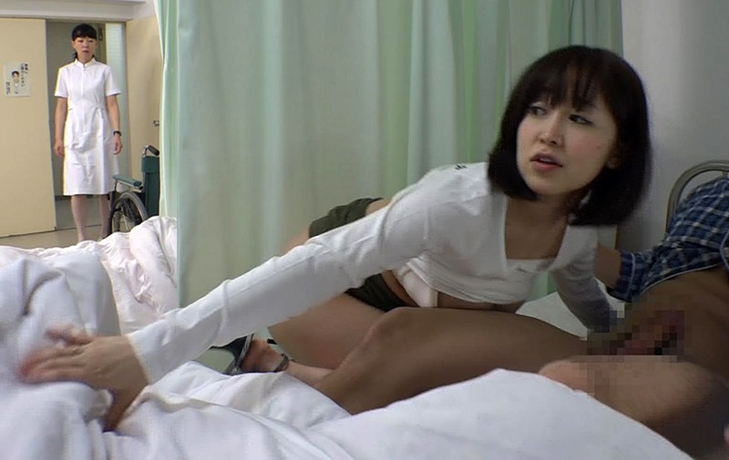 お見舞いに来てるミニスカ娘の無防備なパンチラ!彼氏が寝てる横で他の患者とヤッちゃった/篠田ゆう 8枚目