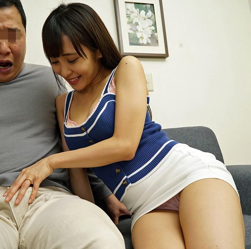 夫とセックスレスで巨乳を持て余した人妻は義父をパンチラや胸チラで誘惑!小悪魔嫁・リカさん 逢美リカ キャプチャー画像 1枚目