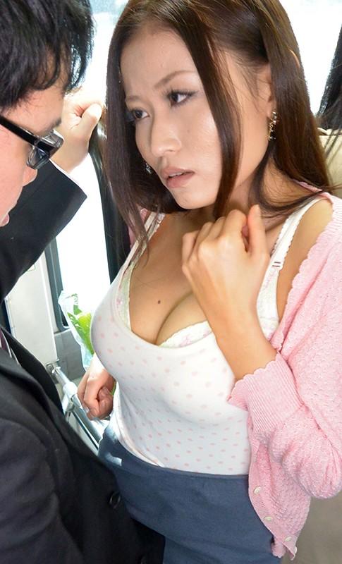 満員バスで買い物帰りの巨乳人妻に密着して勃起チ○ポでミニスカめくり上げHな気分にさせ、その場で挿入しちゃった / ゆいかさん 高嶋ゆいか キャプチャー画像 7枚目