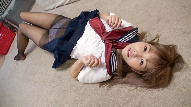 神パンスト 紺野ひかる 制服ロリ美少女の美脚を包んだ生ナマしいパンストを完全着衣でムレた足裏からつま先を味わい尽くす!時には顔騎や足コキ、時には中出し、時にはお尻にコスってぶっかけとやりたい放題!発情させられた女の変態調教絶頂プレイを楽しむフェチAV 画像3