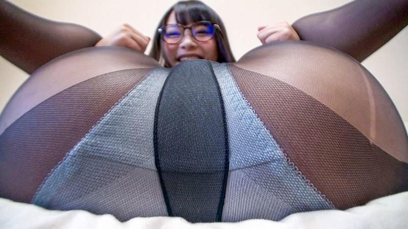 神メガネOL なつめ愛莉 眼鏡OLスーツの美脚を包んだ生ナマしいパンストを完全着衣でムレた足裏からつま先を味わい尽くす!時には顔騎や足コキ、時には中出し、時にはお尻にコスってぶっかけとやりたい放題!発情させられた女の変態調教絶頂プレイを楽しむフェチAV 画像6