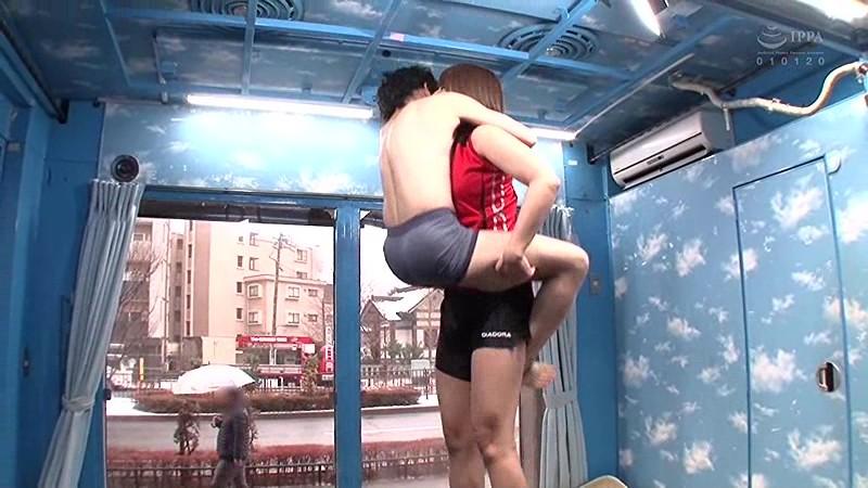 マジックミラー号の天井に頭がついちゃう!高身長アスリート女子がチビ男相手に初めてのバックブリーカーフェラ、逆駅弁FUCKチャレンジ 3枚目