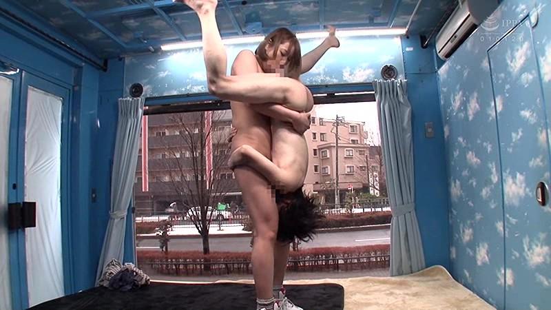 マジックミラー号の天井に頭がついちゃう!高身長アスリート女子がチビ男相手に初めてのバックブリーカーフェラ、逆駅弁FUCKチャレンジ 5枚目