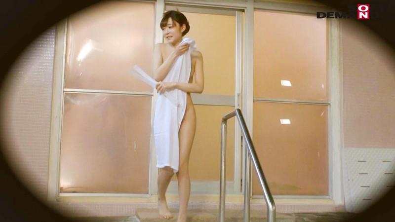 伊豆長岡温泉で見つけた美乳女子大生限定 タオル一枚 男湯入ってみませんか?~特別ミッション「男性客のあそこの湯しずくを全部舐め取ってあげる」で女の子全員のノド奥に暴発射精合計15発SP!!~ の画像9