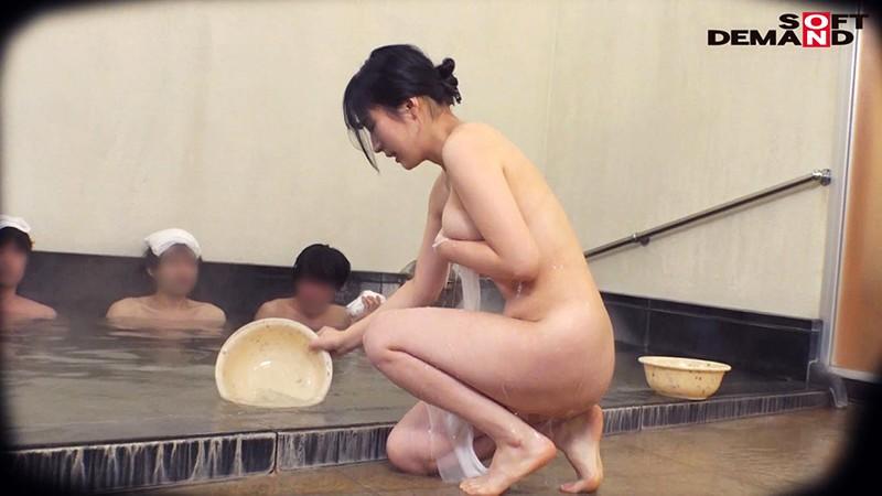 石和温泉で見つけたお友達と旅行中の人妻さん タオル一枚男湯入ってみませんか? 興奮で勃起が収まらない「男性客のアソコをおっぱいでアカスリしてあげる」編!