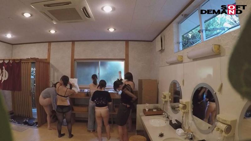 『女湯入ってますよ?』石和温泉で素人男性が男湯だと思ってお風呂に入ろうとしたら女湯だった!AV撮影じゃないところで女優さんたちとSEXしちゃうのかガチドッキリモニタリング!! キャプチャー画像 17枚目