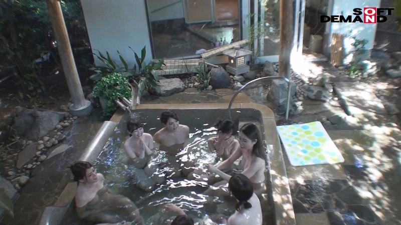 『女湯入ってますよ?』石和温泉で素人男性が男湯だと思ってお風呂に入ろうとしたら女湯だった!AV撮影じゃないところで女優さんたちとSEXしちゃうのかガチドッキリモニタリング!! キャプチャー画像 18枚目