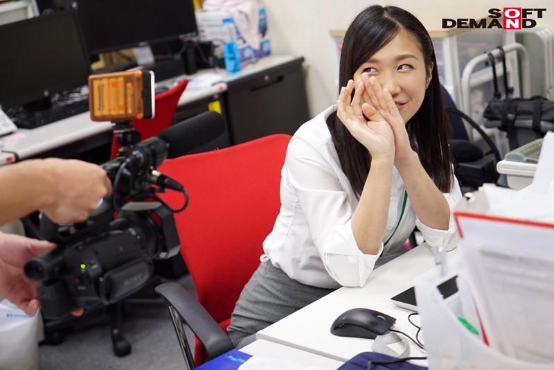SOD女子社員 総務部入社1年目 奥原莉乃 笑顔と腕まくりがトレードマーク!どの職場にもいそうな「身近カワイイ」新卒娘、社内で恥じらい本格AV出演!!のサンプル画像
